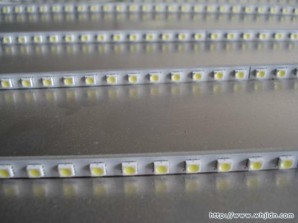驱动电路简单:led只要40v左右就可以工作(视尺寸有所不同),而传统的灯
